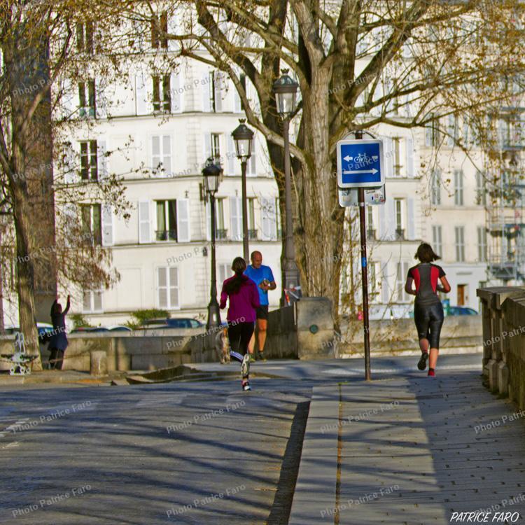 Paris jogging interdit entre 10 heures et 19 heures en période de confinement.