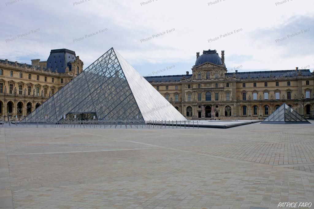 Pyramide du Louvre Paris en période de confinement